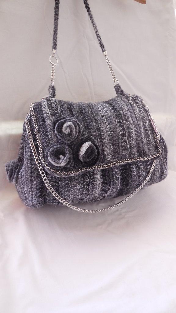 Borsa realizzata a uncinetto di lana