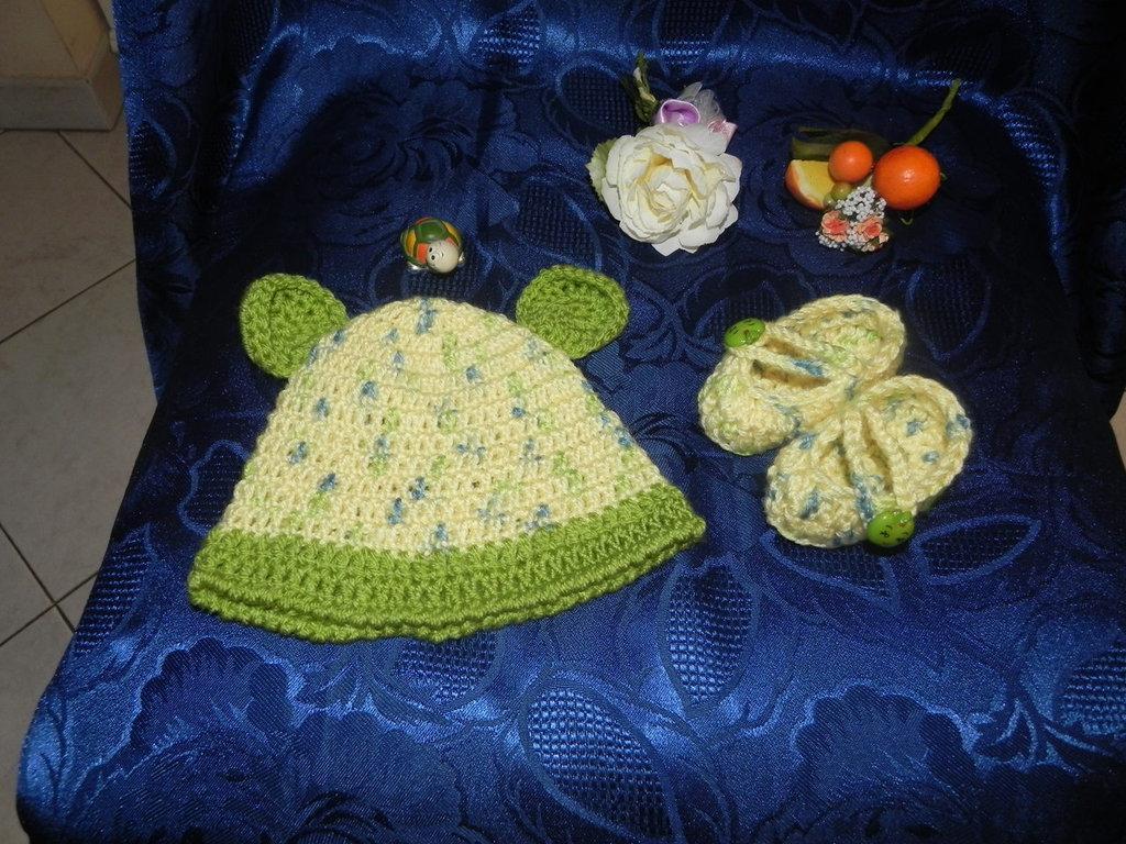 Scarpette- ballerine e cappellino fatti a mano in misto lana ad uncinetto