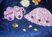 Scarpette- ballerine e cappellino fatti a mano in pura  lana ad uncinetto con roselline applicate