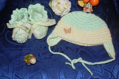 Scarpette e cappellino fatti a mano in misto  lana realizzati ad uncinetto