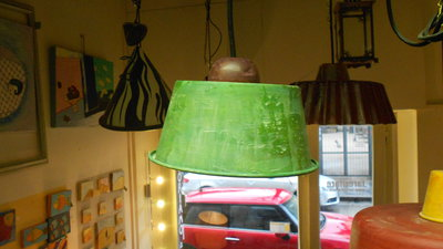 lampada creata con teglia da doli riciclata