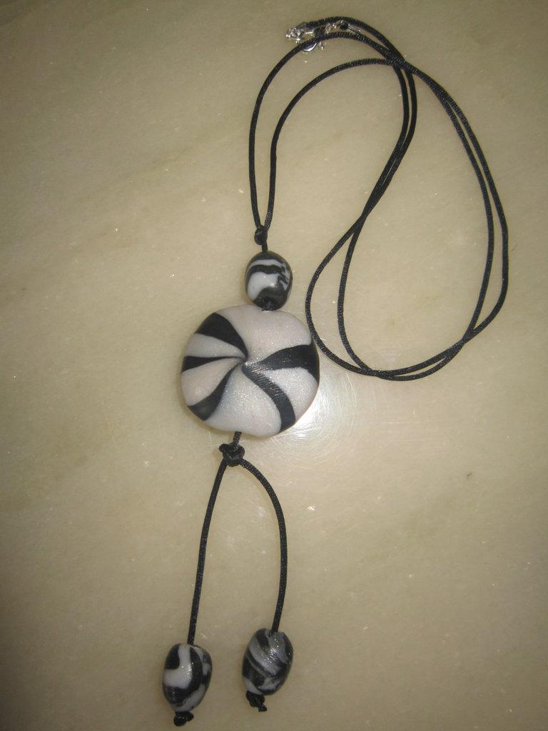 Collanina con perle in fimo bianco e nero