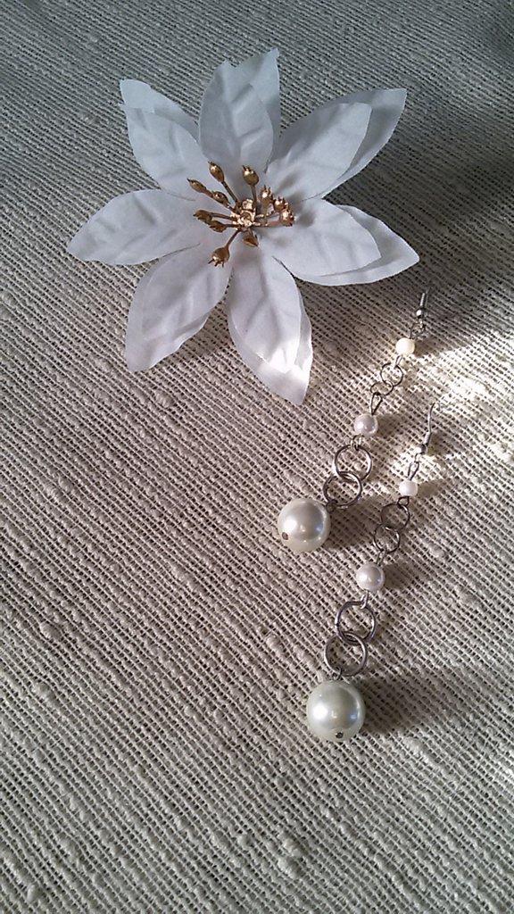 Orecchini pendenti con perle color panna