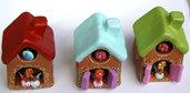Bomboniera con fischietto a forma di casa in terracotta