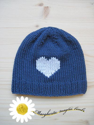 Berrettino in cotone blu con cuore bianco fatto a mano per neonato