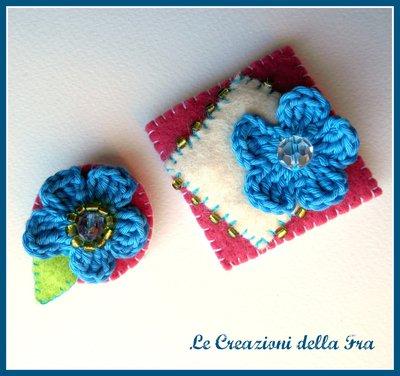 Coppia spille in feltro con fiore all'uncinetto