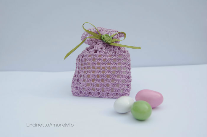 Bomboniera portaconfetti: sacchettino ad  uncinetto e forcella in lilla per matrimonio, nascita, battesimo e comunione