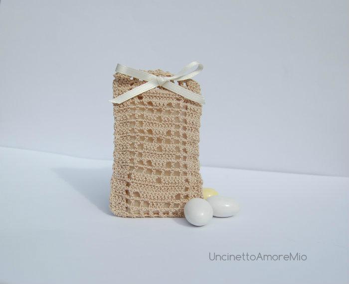 Bomboniera portaconfetti: sacchettino ad uncinetto filet con cuori per matrimonio, battesimo, nascita e comunione