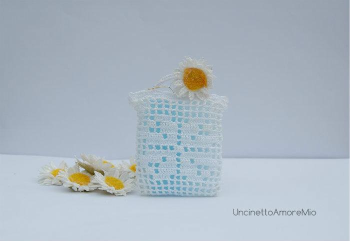 Bomboniera portaconfetti : sacchettino borsetta con quadrifoglio per nascita e battesimo  ad uncinetto filet