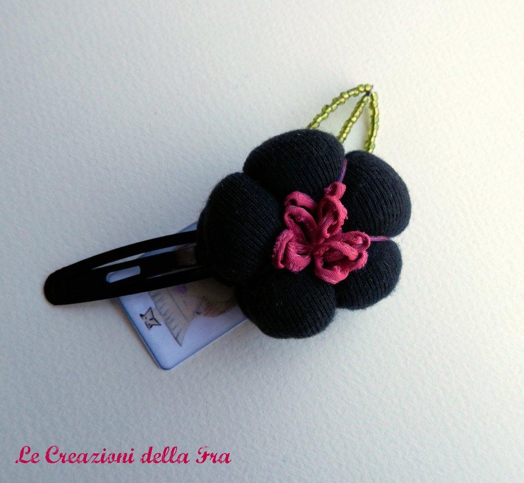 Molletta con fiore in tessuto nero
