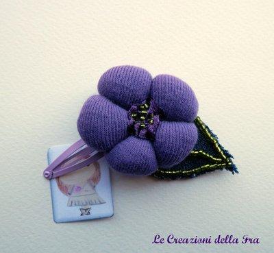 Molletta con fiore in tessuto viola