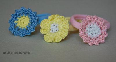 Tre elastici per capelli colorati con fiori ad uncinetto - accessori per bambine e ragazze
