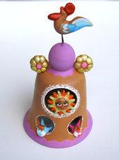 Bomboniera a forma di campanella con fischietto in terracotta fatta a mano