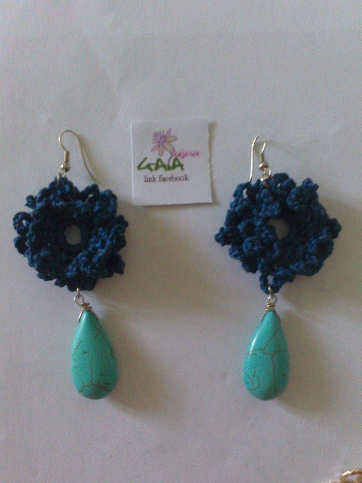 Orecchini Con Fiore Blu Ad Uncinetto E Goccia In Howlite Turchese