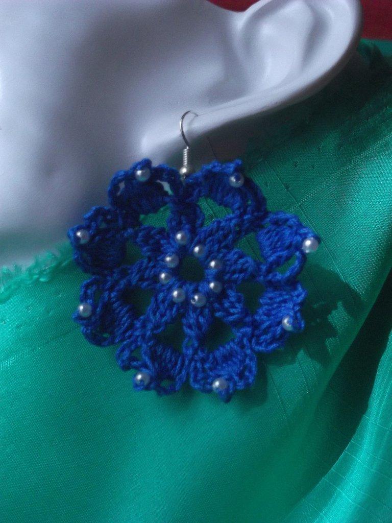 Orecchini all'uncinetto blu con perline tipo fiore