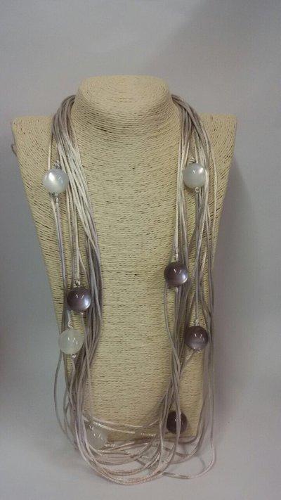 Collana fatta a mano con palle in resina e coppette in metallo
