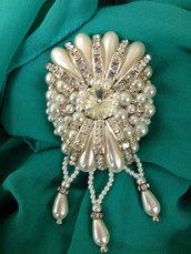 Spilla Victoria con perle di Maiorca e strass cuciti a mano