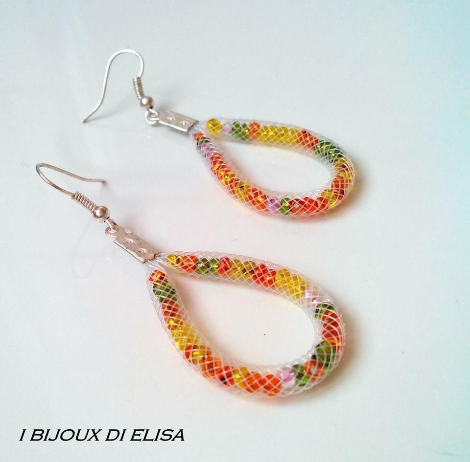 Orecchini tubo bianco e perline multicolor