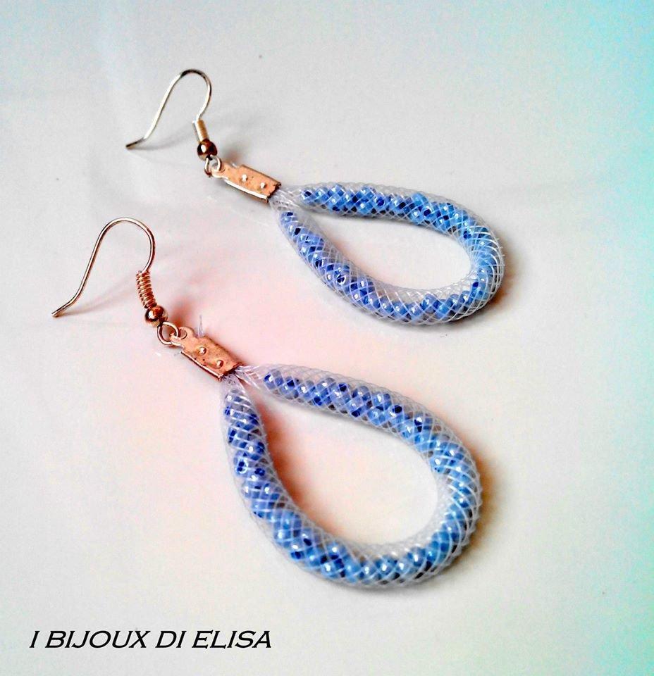 Orecchini tubo bianco e perline azzurre