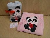 Copertina in pile neonato con applicazione di un panda interamente cucito a mano