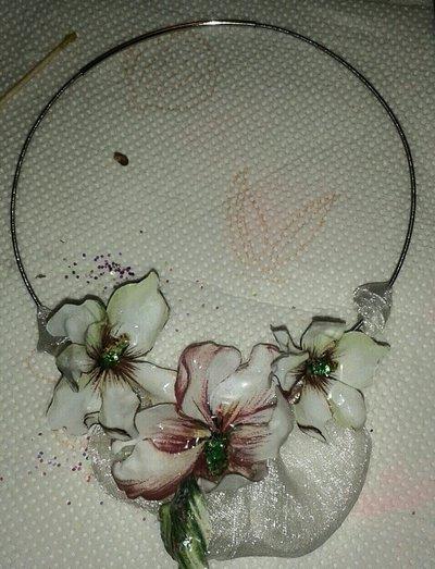 orecchini con fiore in rilievo