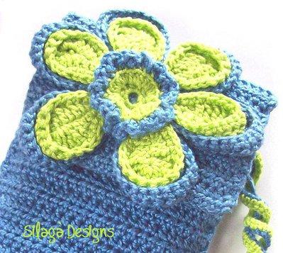 Porta fazzoletti realizzato a crochet su pattern originale Silagà con fiore blu e verde, modello unico.