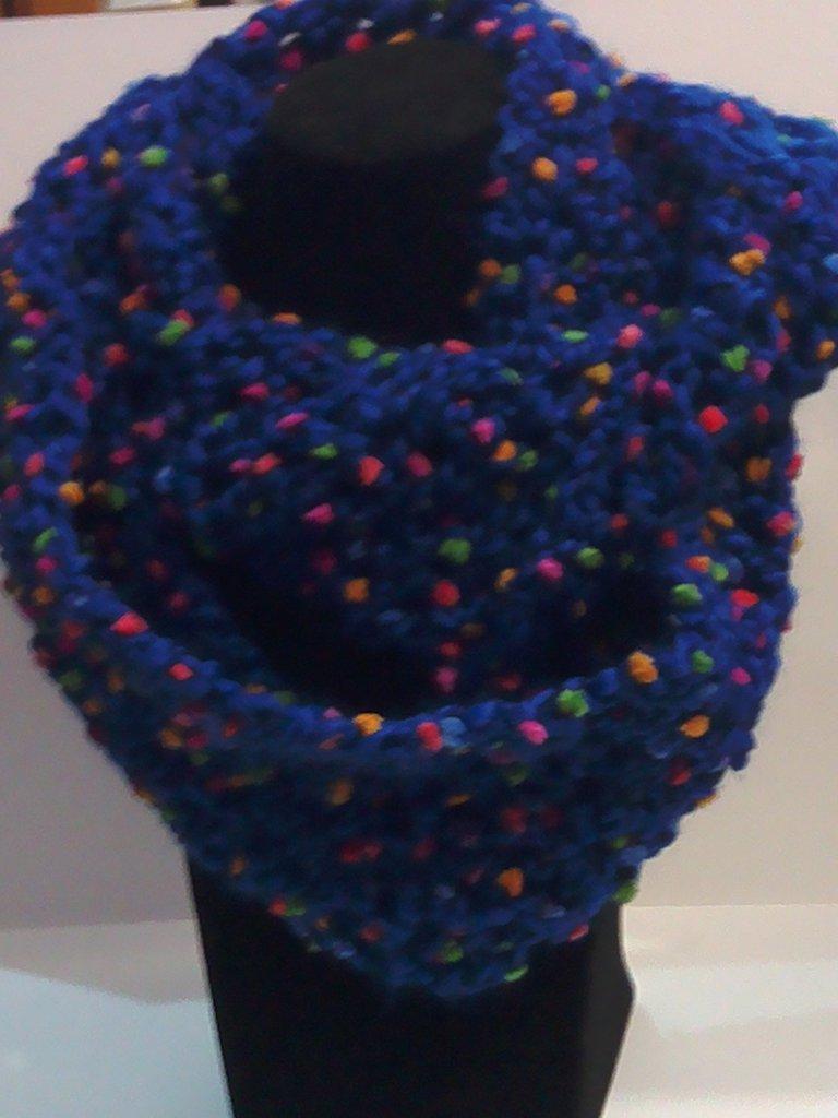 scaldacollo blu con pallini colorati