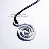 Collana in filo di cotone cerato con nodo  e ciondolo spirale wire