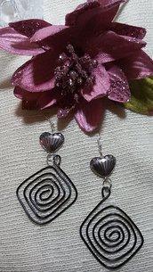 Orecchini pendenti di alluminio con cuore in plastica