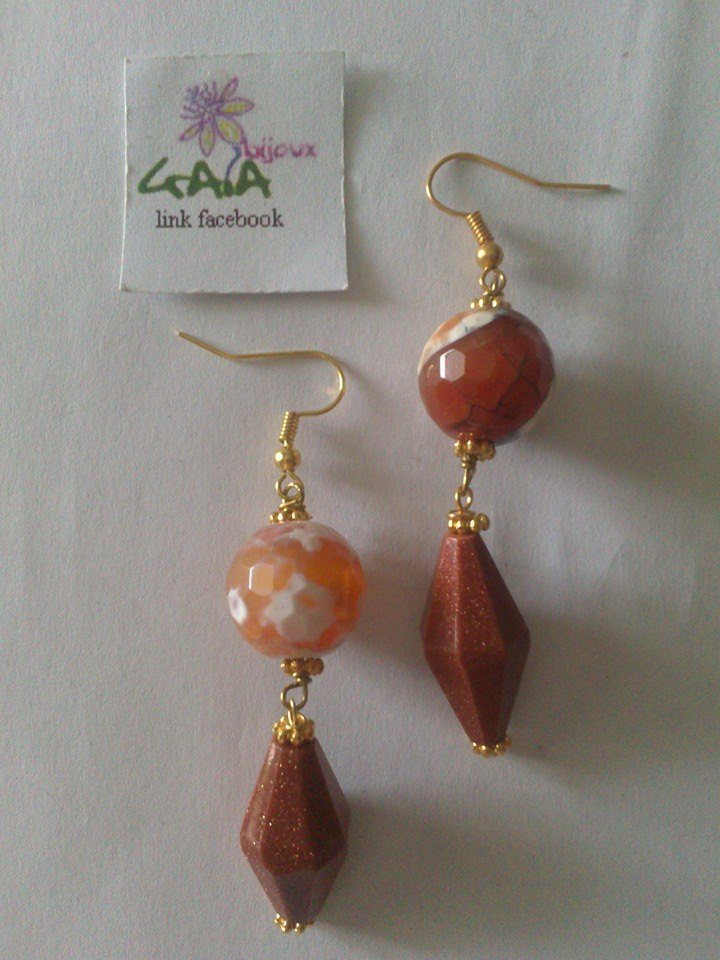 Orecchini con pallina in agata marrone e prisma in goldstone