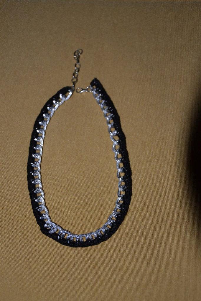 Collana girocollo catena argentata e lavorazione uncinetto, semplice ed elegante - colore nero