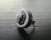 Anello con bottone vintage in metallo argentato anticato  e leone in rilievo