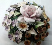 Cesto con rosa e fiori di campo in ceramica capodimonte
