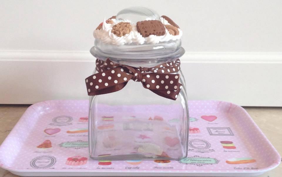 Barattolo porta-biscotti decorato con panna e dolci in fimo
