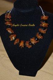 splendida collana estiva, con plastica riciclata color arancio e perle nere