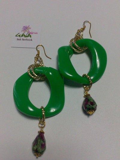 Orecchini con maglia verde in resina e goccia in rubizoisite