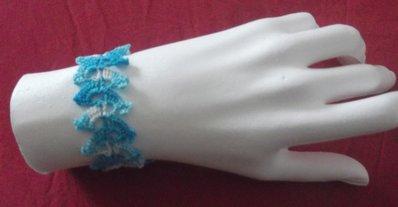 Braccialetto all'uncinetto in cotone bianco azzurro
