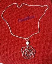 Collana lunga con catena lavorata argentata, pietra singola bianca e ciondolo fiore argentato