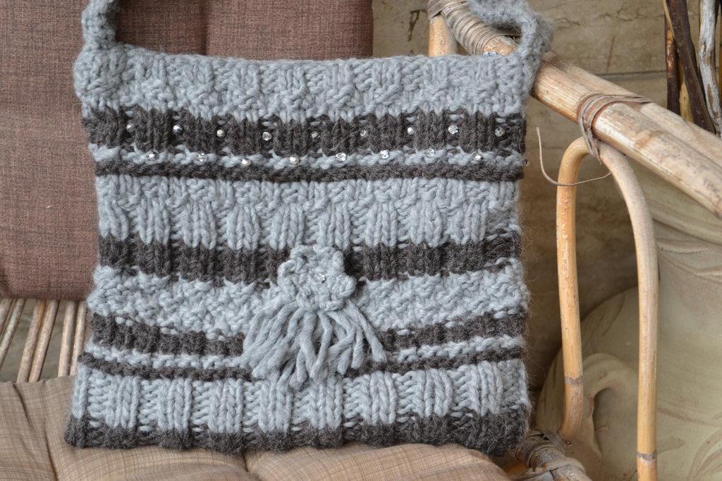 Borsa di lana a tracolla color grigia con mezzi cristalli