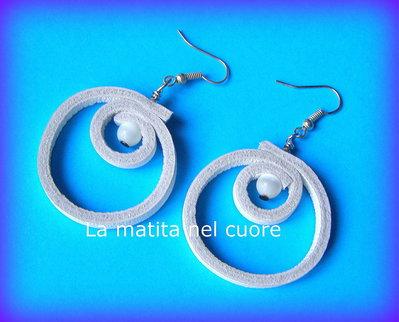 Orecchini pelle bianca cerchio doppio e perla chiara