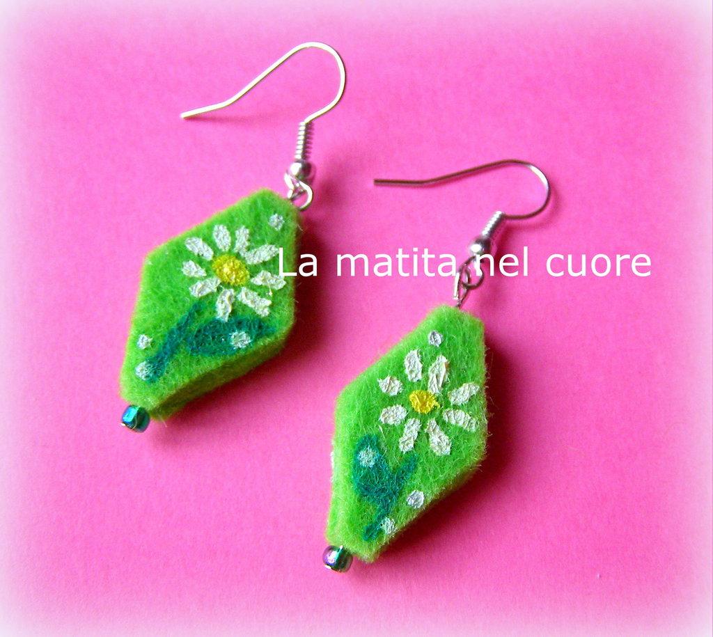 Orecchini feltro verde con margherite bianche dipinte e perlina verde