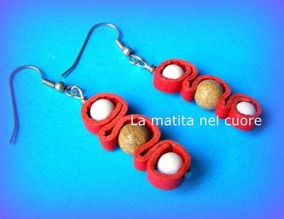 Orecchini gioco di pelle rossa perle di legno e di pietra