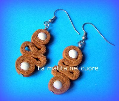 Orecchini arabesco in cuoio naturale perle di legno bianche