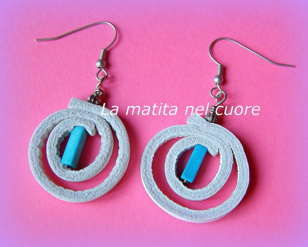 Orecchini pelle bianca cerchio doppio perla turchese lunga