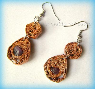 Orecchini pendente di cartone color bronzo e pietra viola