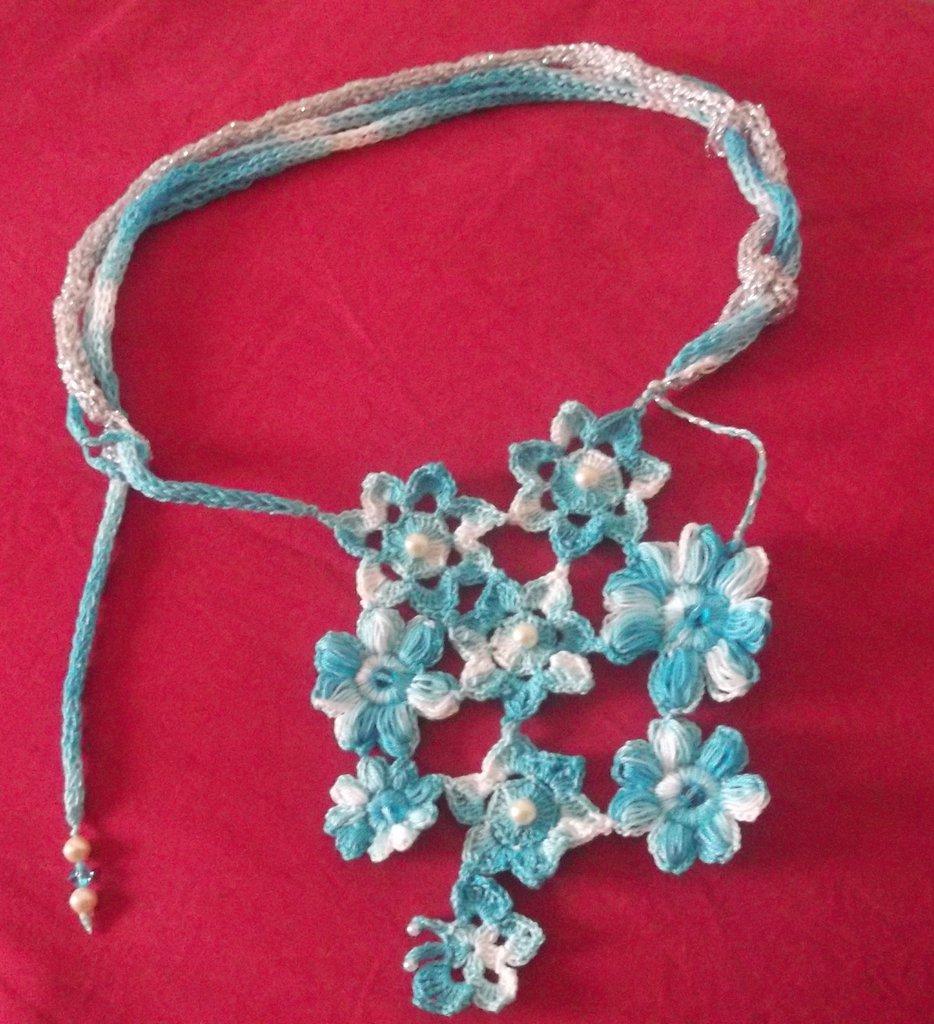 Collana all'uncinetto: fiori azzurri e una minuscola farfalla