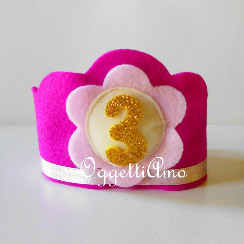 Corona di compleanno in feltro rosa con applicazione numero '3' dorata: una graziosa coroncina per la nostra principessa!