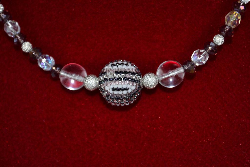 Collier con mezzi cristalli e perle di vetro