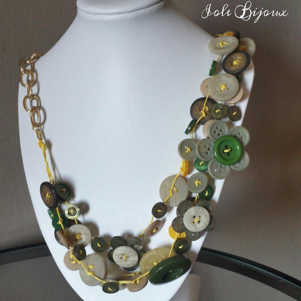 Collana con bottoni in varie tonalità di  verde, giallo e beige