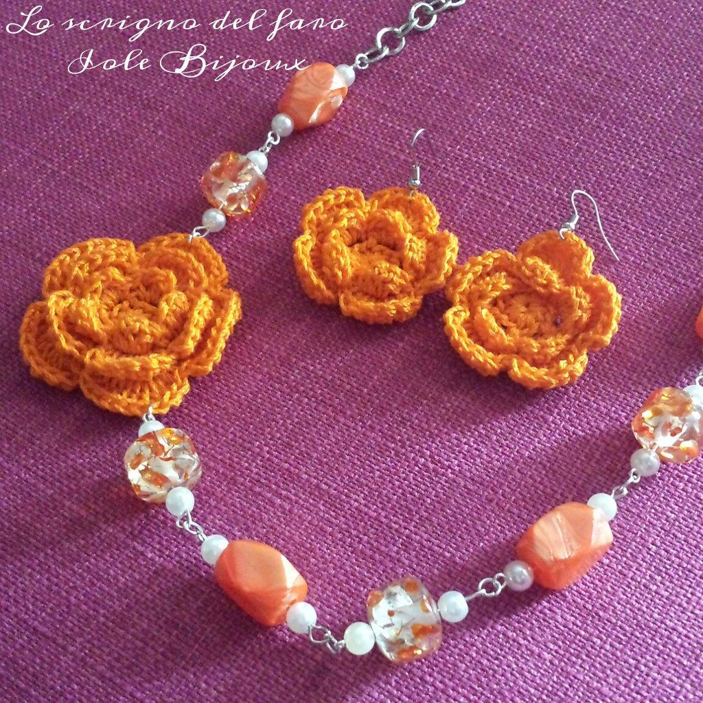 Collana con fiore arancione uncinetto e orecchini abbinati